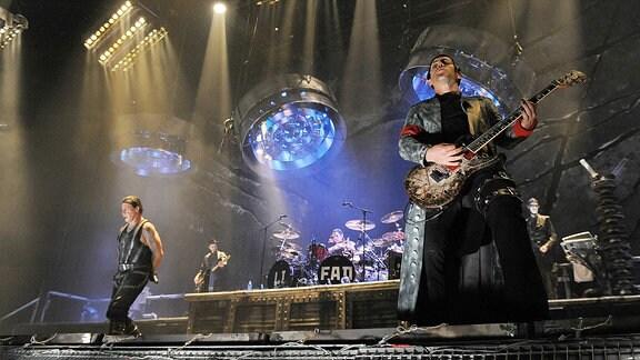 Die Mitglieder der Gruppe Rammstein stehen in Moskau auf der Bühne.