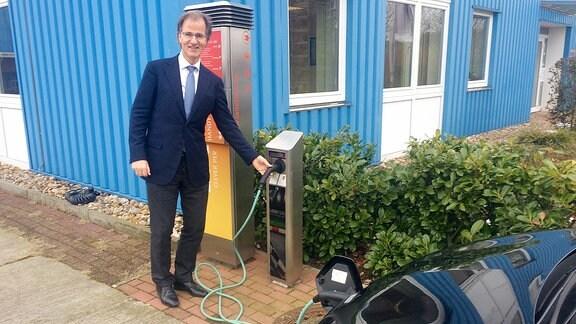 ERO-Geschäftsführer Peter Westerbarkey zeigt eine Ladesäule der Firma