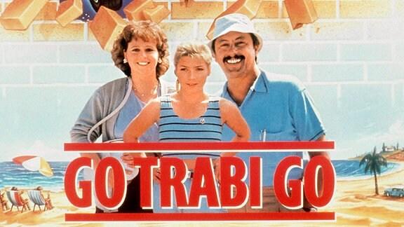 """Kinoplakat zu """"Go Trabi Go"""": Die Familie Struutz von links: Mutter Rita (Marie Gruber), Tochter Jacqueline (Claudia Schmutzler) und Vater Udo (Wolfgang Stumph)."""