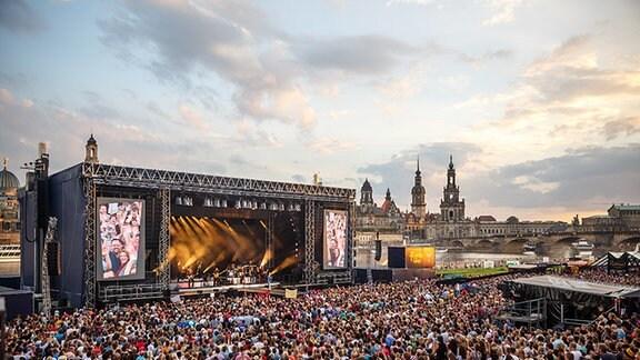 Blick auf die Kaisermania-Bühne im Rahmen der Filmnächte am Elbufer in Dresden