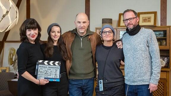 "Im Foto (v.l.n.r.): Jutta Müller (Produzentin Molina Film), Yvonne Catterfeld (Rolle Viola Delbrück), Götz Schubert (Rolle Burkhard ""Butsch"" Schulz), Francis Meletzky (Regie), Adrian Paul (Redaktion MDR)"