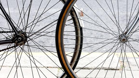 Vorder- und Hinterrad zweier Fahrräder.
