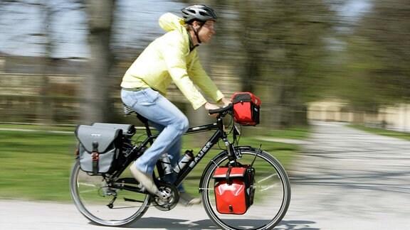 Junger Mann fährt mit seinem Mountainbike der Marke - Bauer