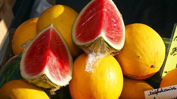 Frische Honig- und Wassermelonen auf einem Marktstand,