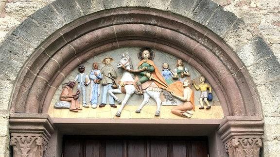 Darstellung des Hl. Martin über dem Seiteneingang der katholischen Kirche St. Martin in Kallmerode im Eichsfeld.