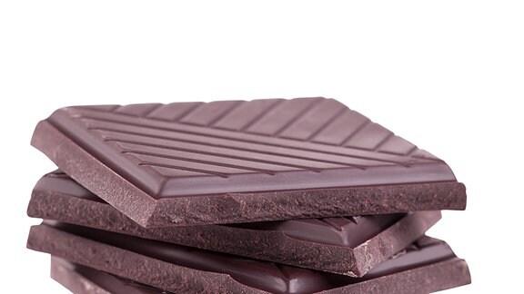 Stapel von dunkler Schokolade.
