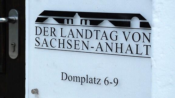 Schild mit der Aufschrift Der Landtag von Sachsen-Anhalt Domplatz 6-9.