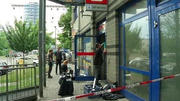 ARCHIV: Kriminalpolizei sichert Spuren nach Geldautomatensprengung in Magdeburg