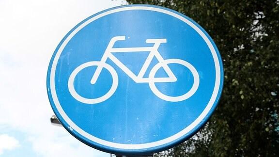 Ein Verkehrszeichen weist auf einen Fahrradweg hin