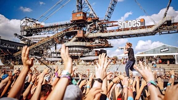 Rapper 3Plusss während eines Auftrittes im Rahmen des splash! Festival 2017