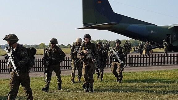 Soldaten vor einer Transall