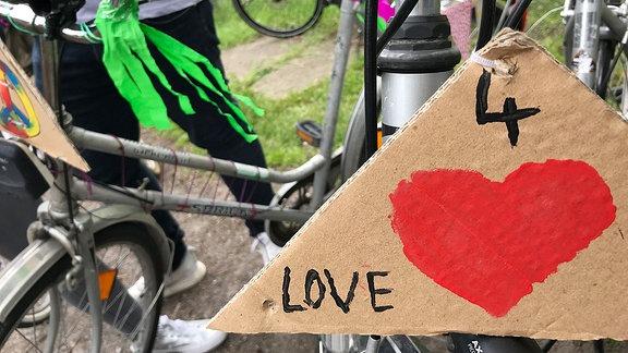 Fahrrad mit Schild 4 Love.