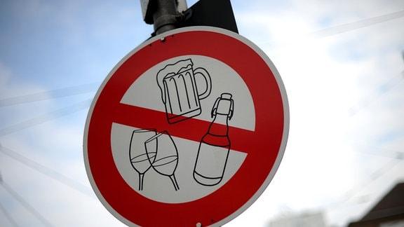 Ein Schild weist in der Innenstadt von Kassel auf das Alkoholverbot hin
