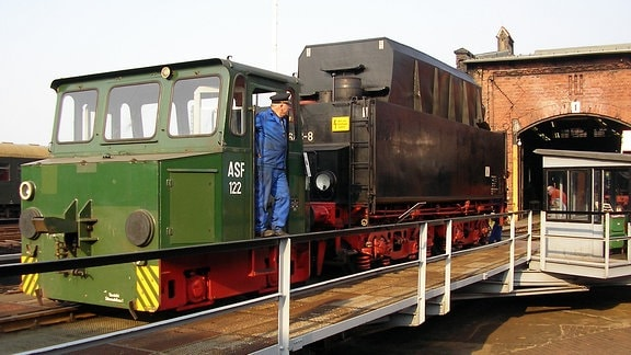 Lokführer Siegfried Fuchs vom Sächsischen Eisenbahnmuseum Chemnitz rangiert einen Kohletender.