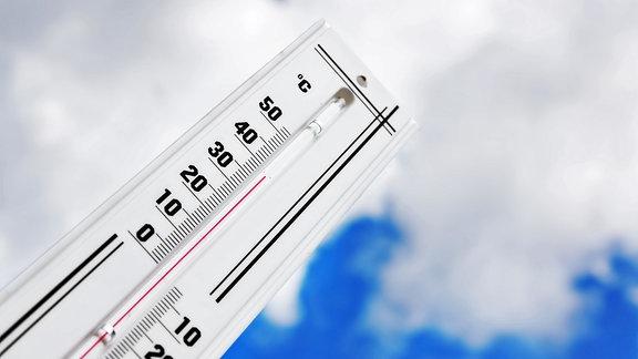 Ein Thermometer zeigt 38 Grad Celsius