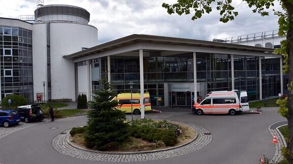 Eingang einer Klinik mit Krankentranportern