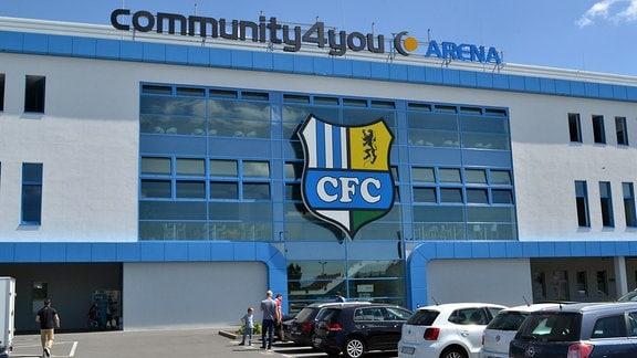 Außenansicht des CFC-Stadions mit großem Logo