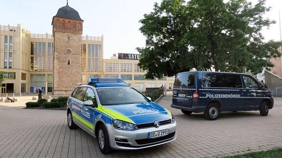 Polizeiautos stehen vor großen Einkaufszentren