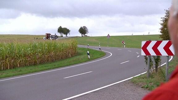 Eine Kurve einer Landstraße.