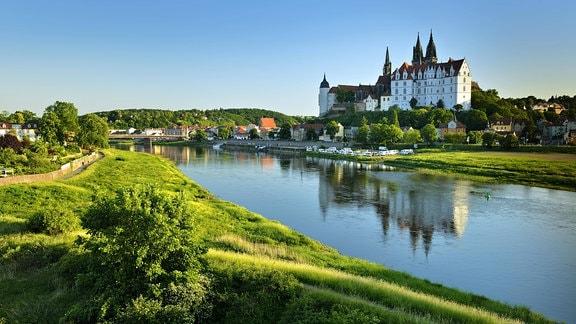 Burgberg mit Dom und Albrechtsburg spiegelt sich im Fluss Elbe