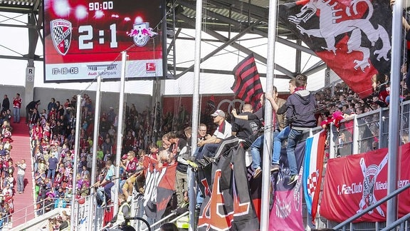 Fußballfans im Stadion.
