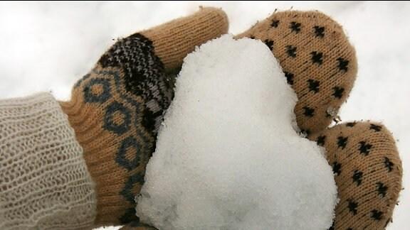 Ein in Schnee geformtes Herz.