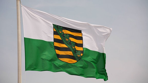 Wehende Fahne des Bundeslandes Sachsen