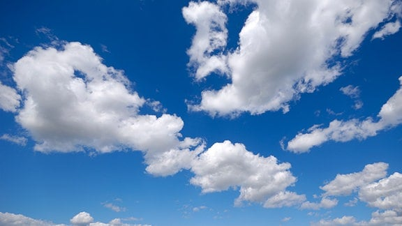 Weiße Wolken vor blauem Himmel