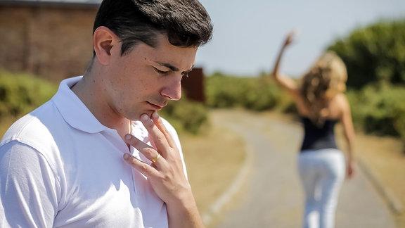 Ein junges Paar streitet sich