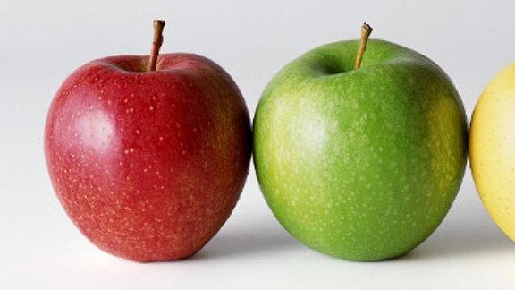 Ein roter, grüner und ein gelber Apfel