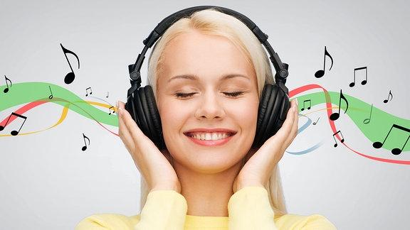 Frau mit Kopfhörer hört Musik