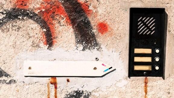 Klingelschilder an einer maroden Häuserwand.