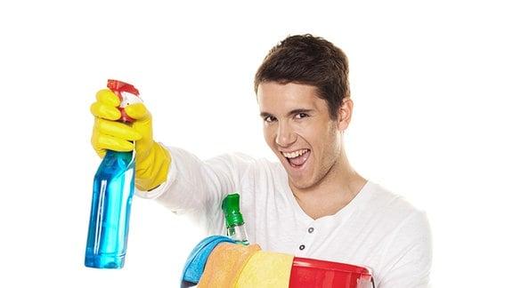 Ein junger Mann mit Eimer, Fensterreiniger und Putzlappen