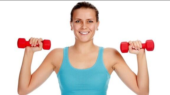 Eine Frau trainiert mit zwei Hanteln.