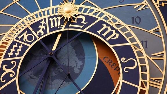 eine Uhr ziegt die Sternzeichen.