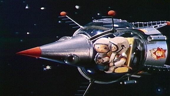 Sandmännchen fliegt mit einer Rakete.