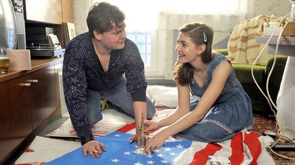 Stefan (Philip Wiegratz) und Maren (Helene Doppler) beim Stars and Stripes Malen.