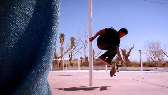 Früher war er Kunstturner und bringt Elemente aus diesem Sport beim Skaten ein. Das sieht einfach wunderschön aus...