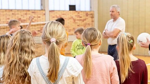 Sportunterricht mit Mädchen