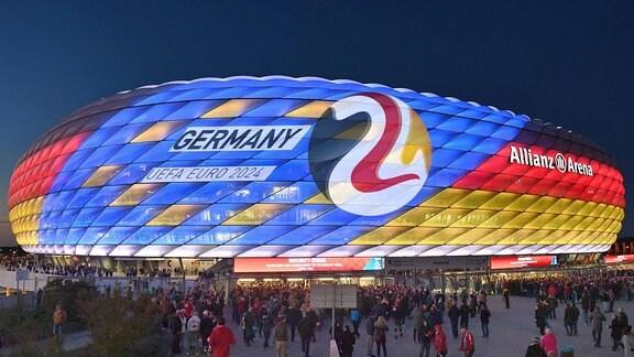 Nachtaufnahme der Allianz Arena mit Sonderbeleuchtung anlässlich der Bewerbung.