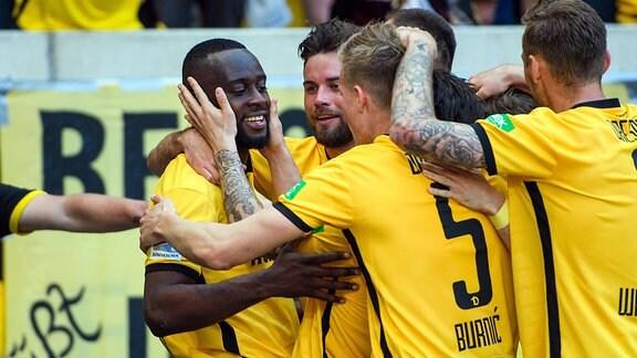 Jubel um Dresdens Erich Berko (links) nach dessen Treffer zum 3:0