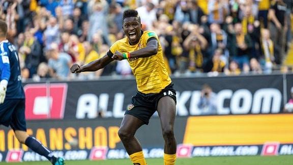Jubel nach dem 1:1 für Dynamo Dresden durch Moussa Kone.