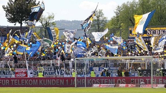 Südkurve / Fankurve Jena mit Fahnen und Luftballons