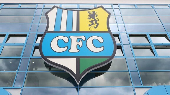CFC Emblem am Hauptgebäude.