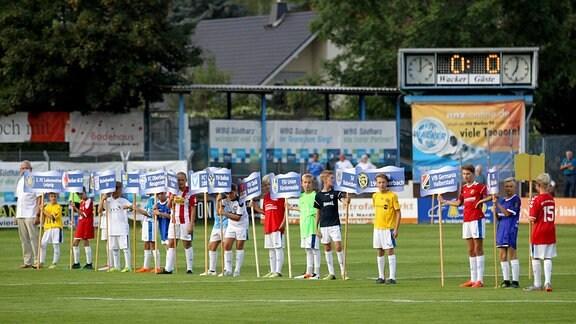 Eröffnung der Regionalliga-Saison - Kinder mit Schildern und Trikots der teilnehmenden Vereine. 1. Spieltag