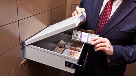 Ein geöffnetes Schließfach in einem Banktresor.