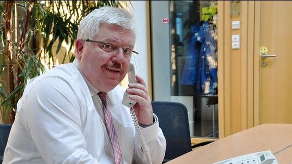 Kurt Herzberg, Bürgerbeauftragter des Freistaats Thüringen lächelt in die Kamera.