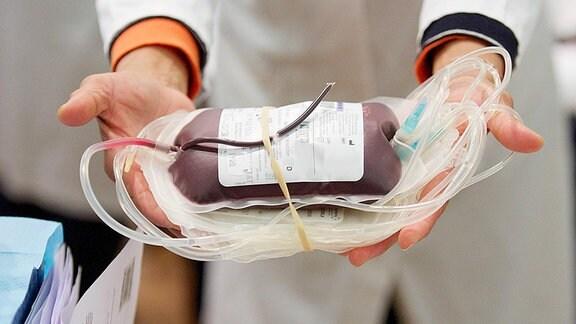 Person hält Beutel mit gespendetem Blut