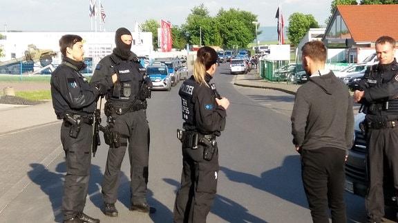 Polizisten stehen auf einer Straße
