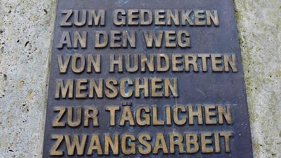 Eine Gedenktafel im Mühlhäuser Stadtwald.